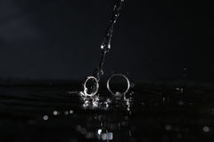Отражение обручальных колец в зеркале Стоковое фото RF