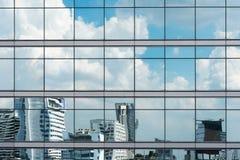 Отражение облака в высоких стеклянных офисах Голубое отражение s Стоковые Фото