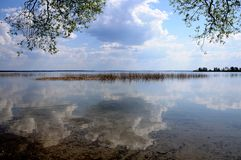 Отражение облаков в воде озера Стоковое фото RF