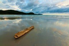Отражение облаков на влажном песке на пляже Стоковое Фото