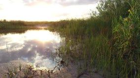 Отражение озера ландшафта природы облаков в солнечном свете захода солнца воды Стоковое Изображение RF