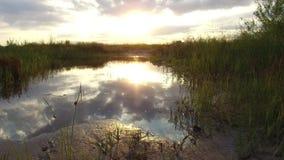 Отражение озера ландшафта природы облаков в солнечном свете захода солнца воды Стоковые Фотографии RF