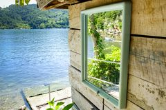Отражение озера на зеркале стоковые фото