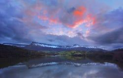 Отражение озера с горами Сьерры Salvada Стоковые Изображения