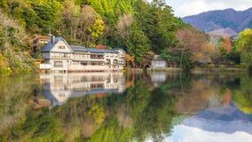 Отражение озера Kinrinko в городке Oita Yufuin, Японии Стоковые Изображения