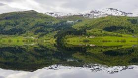 Отражение озера Vangsvatnet в Voss, Норвегии Стоковая Фотография