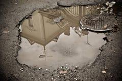 Отражение дома в лужице Стоковое Фото