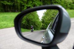 Отражение дороги леса, зеленый цвет взгляда зеркала вождения автомобиля rearview Стоковые Фотографии RF