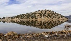 Отражение острова в озере Стоковое Изображение RF