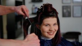 Отражение парикмахера делая стрижку для женщины в салоне парикмахерских услуг Концепция моды и красоты видеоматериал