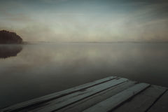 Отражение первых лучей солнечного света рассвета в озере Стоковая Фотография RF