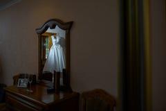 Отражение платья свадьбы в зеркале Стоковое Фото
