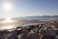 Отражение пляжа Rossbeigh на море Стоковые Фотографии RF