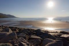 Отражение пляжа Rossbeigh на море Стоковая Фотография