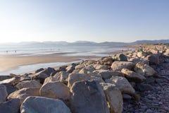 Отражение пляжа Rossbeigh на море Стоковая Фотография RF