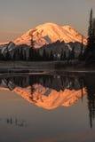 Отражение рассвета Mount Rainier стоковое фото rf