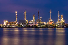 Отражение рафинадного завода во время захода солнца Стоковая Фотография RF