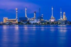 Отражение рафинадного завода во время захода солнца Стоковая Фотография