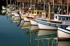 Отражение рыбацких лодок стоковое изображение rf