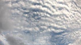 Отражение Солнца и облаков двинуть быстро на небо в утре видеоматериал