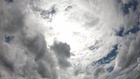 Отражение Солнца и облаков двинуть быстро на небо в утре сток-видео