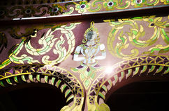Отражение солнечного света на искусстве краски ангела на ubosot Стоковые Фото