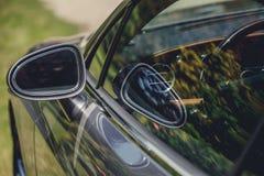 Отражение солнечной дороги осени на mirrow стороны автомобиля Стоковое Изображение RF