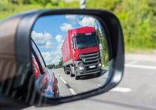 отражение тележки в зеркале автомобиля Стоковое Фото