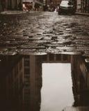 Отражение улицы булыжника в западной деревне Стоковые Изображения