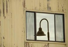 Отражение уличного фонаря в окне на разрушанной стене в дубе h Стоковое Изображение RF