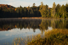 Отражение утра в неподвижном озере Стоковое Фото