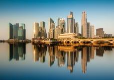 Отражение финансового района Сингапура центрального (CBD) в утре Стоковые Изображения RF