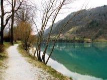 Отражение холмов и деревни и неба в воде turquise стоковая фотография