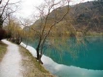 Отражение холмов и деревни и неба в воде turquise стоковая фотография rf