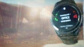Отражение человека отвечая телефонному звонку на smartwatch