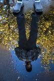 Отражение человека в лужице Стоковые Фотографии RF