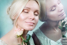 Отражение чувственной нежной молодой женщины элегантности в зеркале Стоковое фото RF