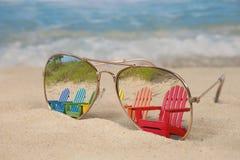 Отражение шезлонга Adirondack в солнечных очках стоковая фотография rf