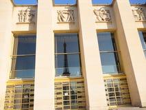 Отражение Эйфелевой башни в стекле окна стоковая фотография
