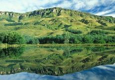 отражение drakensberg стоковая фотография