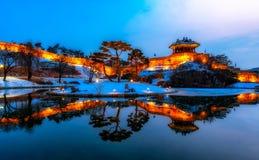 Отражение fortres Сувона Hwaseong в Сувоне Стоковые Изображения
