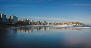 Отражение Gijon в пляже San Lorenzo Стоковая Фотография RF