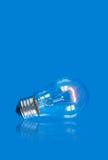 отражение lightbulb предпосылки голубое Стоковое Изображение
