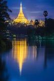 Отражение pagonda Shwedagon Стоковое Изображение RF