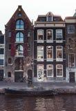 Отражение Windows на очаровывать дома канала Амстердама стоковые фотографии rf