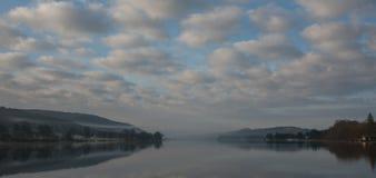 Отражения берега озера стоковые изображения