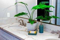 Отражения в зеркале счетчика ванной комнаты Стоковые Фотографии RF