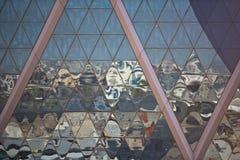 Отражения города в небоскребе отражают стеклянный фасад Стоковое фото RF