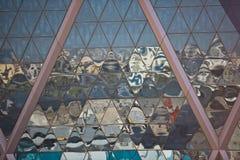 Отражения города в небоскребе отражают стеклянный фасад Стоковые Фото