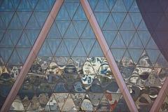 Отражения города в небоскребе отражают стеклянный фасад Стоковая Фотография